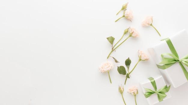 Widok Z Góry Prezentów Z Miejsca Kopiowania I Róż Darmowe Zdjęcia