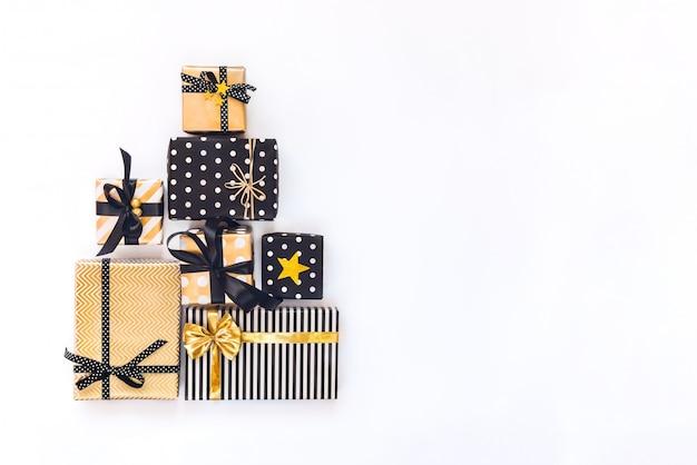 Widok z góry pudełek prezentowych w różnych wydarzeniach w kolorze czarnym, białym i goldenbration. Premium Zdjęcia