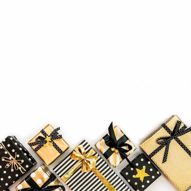Widok z góry pudełek w różnych kolorach czarnym, białym i złotym Premium Zdjęcia