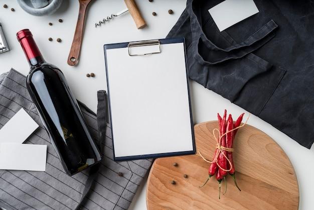 Widok Z Góry Puste Menu Z Butelką Wina I Papryczki Chili Darmowe Zdjęcia