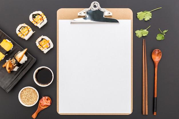 Widok Z Góry Pustego Menu Z Sushi I Sosem Sojowym Darmowe Zdjęcia