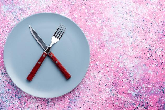 Widok Z Góry Pusty Talerz W Kolorze Niebieskim Z Widelcem I Nożem Na Różowej ścianie Talerz Ze Zdjęciami Sztućce Do żywności Darmowe Zdjęcia