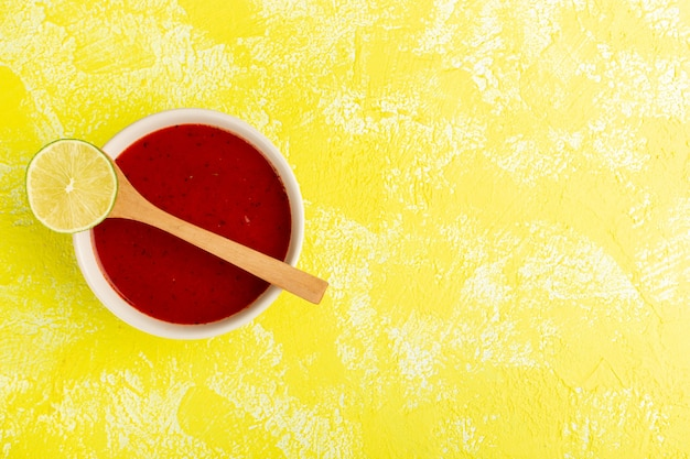 Widok Z Góry Pyszna Zupa Pomidorowa Z Cytryną Na żółtym Stole, Obiad Zupa Posiłek Darmowe Zdjęcia