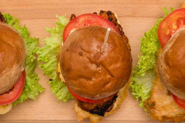Widok Z Góry Pyszne Burger Na Stole Darmowe Zdjęcia