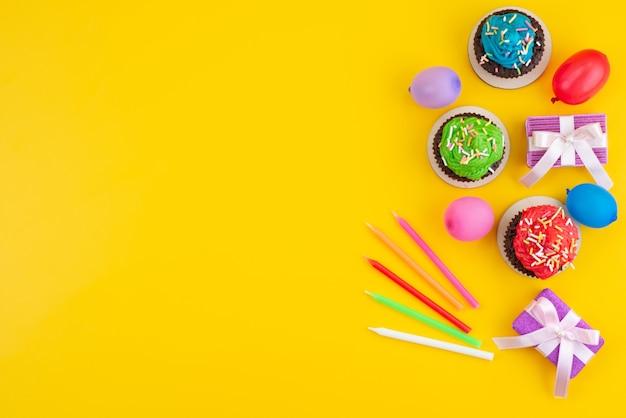 Widok Z Góry Pyszne Ciasteczka Czekoladowe Na Bazie Cukierków I Kulek Na żółtym, Cukierkowym Kolorze Ciastek Darmowe Zdjęcia