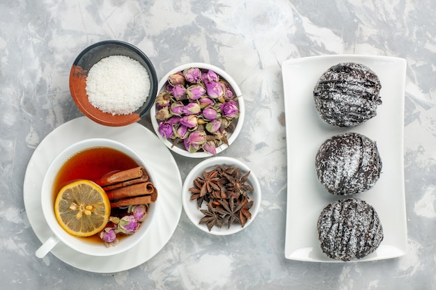 Widok Z Góry Pyszne Ciastka Ciastka Czekoladowe Z Filiżanką Herbaty Na Białym Tle Darmowe Zdjęcia