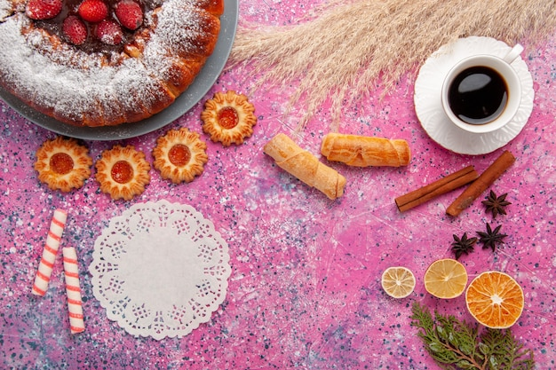 Widok Z Góry Pyszne Ciasto Truskawkowe Cukier Puder Ciasto Z Bułeczki Ciasteczka I Filiżankę Herbaty Na Różowym Tle Ciasto Słodkie Ciasteczka Cukrowe Ciasto Darmowe Zdjęcia