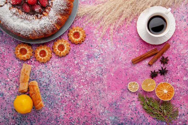 Widok Z Góry Pyszne Ciasto Truskawkowe Cukier W Proszku Ciasto Z Ciasteczkami Cytrynowymi I Filiżanką Herbaty Na Różowym Tle Ciasto Słodkie Ciasteczka Cukrowe Ciasto Darmowe Zdjęcia
