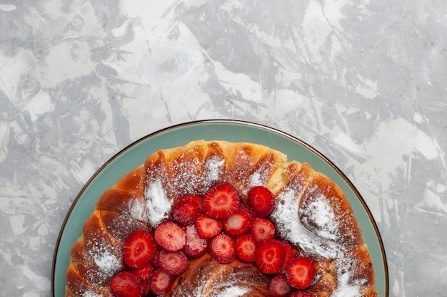 Widok Z Góry Pyszne Ciasto Truskawkowe Z Cukrem Pudrem Na Białym Biurku Darmowe Zdjęcia