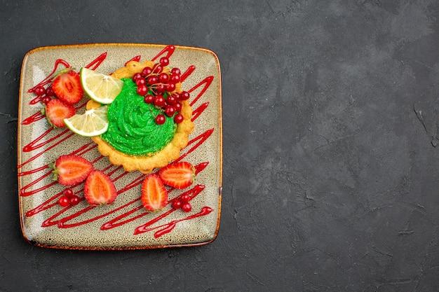 Widok Z Góry Pyszne Ciasto Z Zieloną śmietaną I Truskawkami Na Ciemnym Tle Słodka Herbata Deserowa Darmowe Zdjęcia