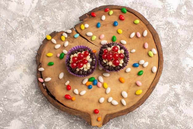 Widok Z Góry Pyszne Czekoladowe Ciasteczka Z Cukierkami Na Jasnym Tle Candy Goody Sugar Słodkie Ciasto Czekoladowe Darmowe Zdjęcia