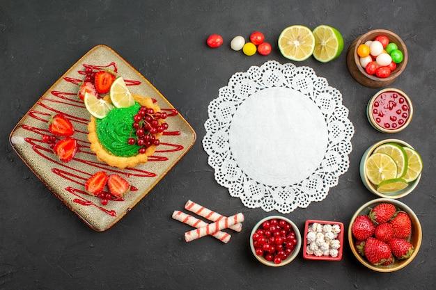 Widok Z Góry Pyszne Kremowe Ciasto Z Owocami Na Szarym Tle Deser Biszkoptowe Słodkie Darmowe Zdjęcia