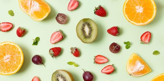 Widok Z Góry Pyszne Owoce Na Stole Darmowe Zdjęcia