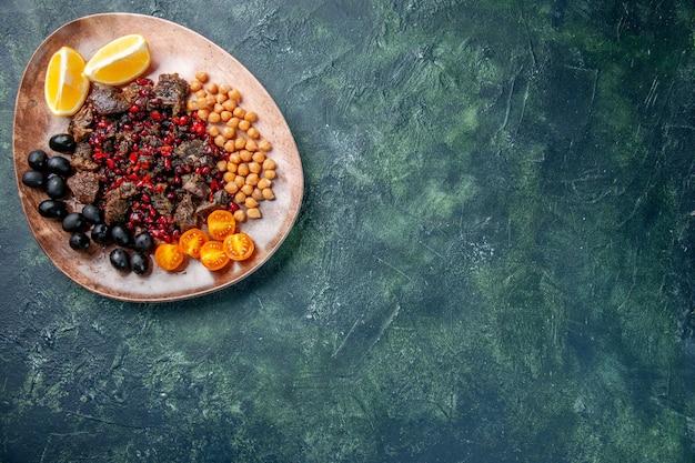 Widok Z Góry Pyszne Plastry Mięsa Smażone Z Fasolą Winogrona I Plasterkami Cytryny Wewnątrz Talerza, Danie Posiłek Jedzenie Mięso Owocowe Darmowe Zdjęcia