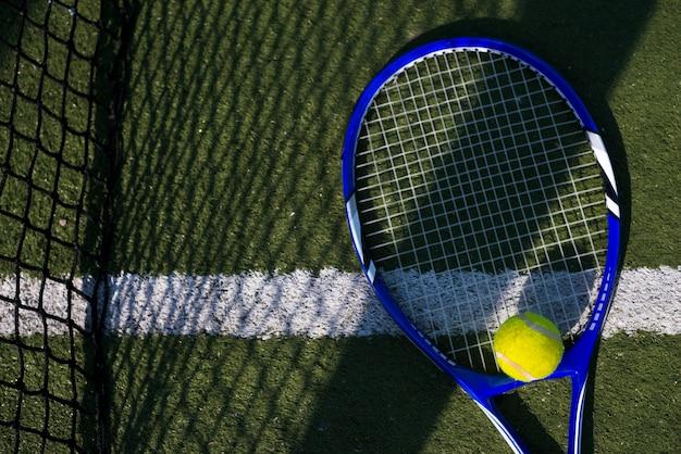 Widok z góry rakiety tenisowej z piłką Darmowe Zdjęcia