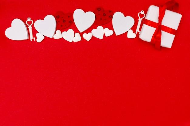 Widok z góry ramki z prezentem i czerwonym tle Darmowe Zdjęcia