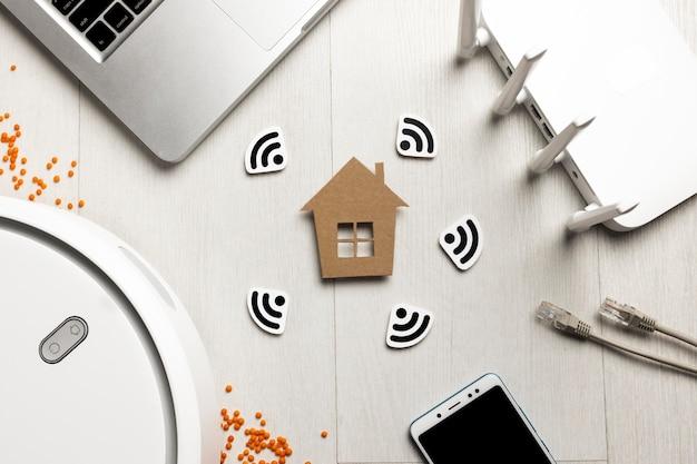 Widok Z Góry Routera Wi-fi Z Figurką Domu I Urządzeniami Sterowanymi Bezprzewodowo Darmowe Zdjęcia