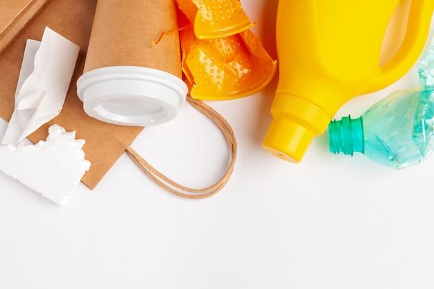 Widok Z Góry Różnych Materiałów Odpadowych Z Recyklingu Premium Zdjęcia