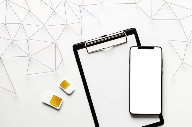Widok Z Góry Sieci Komunikacji Internetowej Z Kartami Sim I Smartfonem Darmowe Zdjęcia