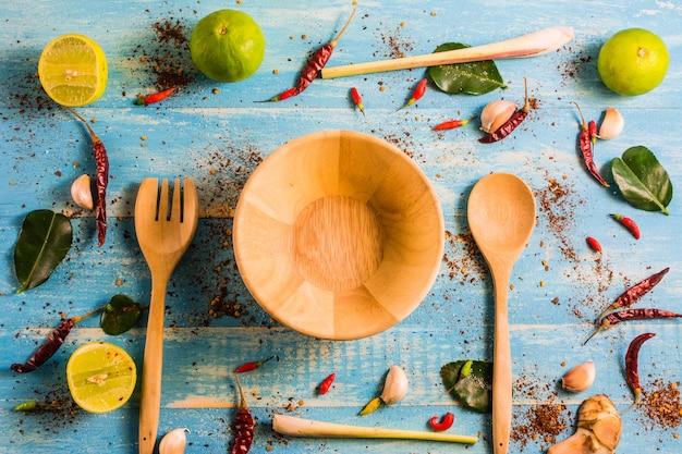 Widok Z Góry, Składniki [tomyam] Na Drewnianym Stole W Kuchni Premium Zdjęcia