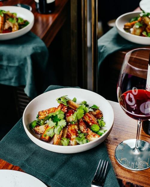 Widok Z Góry Skrzydełka Z Kurczaka Pokrojone W Plastry Z Sałatką Warzywną I Czerwonym Winem Na Stole Restauracja Posiłek Posiłek Darmowe Zdjęcia