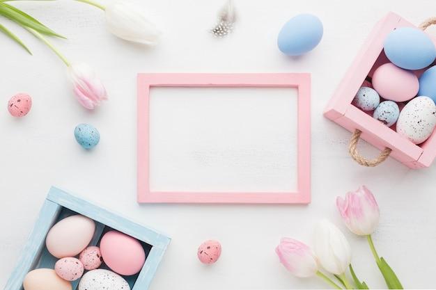Widok Z Góry ślicznych Pudełek Z Kolorowymi Easter Jajkami I Ramą Darmowe Zdjęcia