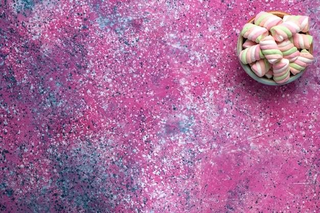 Widok Z Góry Słodkich Kolorowych Pianek Lekko Uformowanych Wewnątrz Okrągłej Doniczki Na Różowej Powierzchni Darmowe Zdjęcia