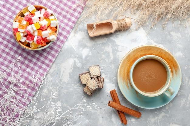 Widok Z Góry Słodkie Cukierki Z Cynamonem I Kawą Mleczną Na Jasnym Tle Cukierki Słodki Cukier Kolor Zdjęcia Darmowe Zdjęcia