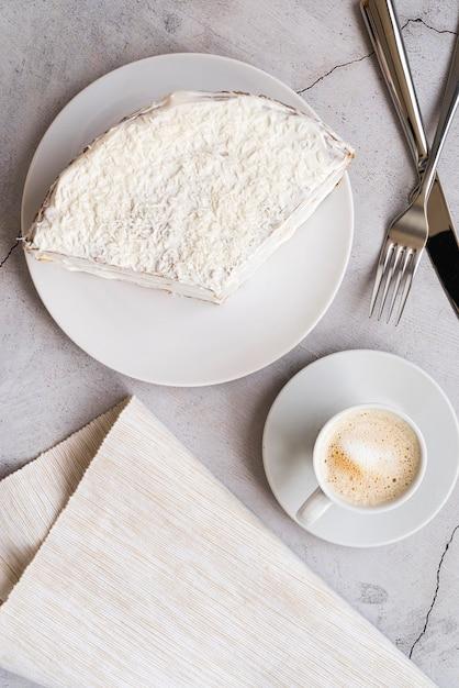 Widok Z Góry Smaczny Kawałek Ciasta Na Talerzu Darmowe Zdjęcia