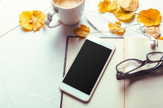 Widok z góry smartfon makiety szablon z czarnym ekranem Premium Zdjęcia