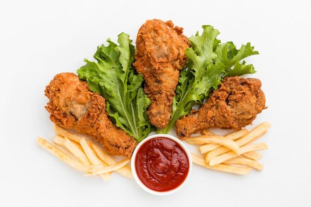 Widok Z Góry Smażone Podudzia Z Kurczaka Z Frytkami I Keczupem Premium Zdjęcia