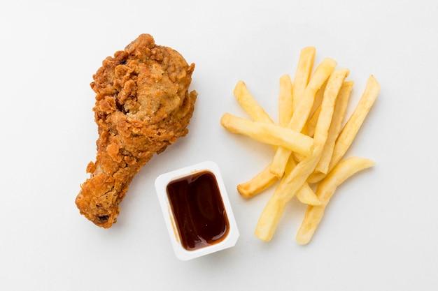 Widok Z Góry Smażone Podudzie Z Kurczaka Z Frytkami I Sosem Premium Zdjęcia
