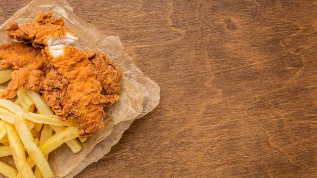 Widok Z Góry Smażony Kurczak I Frytki Z Miejsca Na Kopię Darmowe Zdjęcia