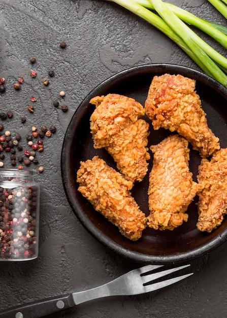 Widok Z Góry Smażony Kurczak Z Papryką I Zieloną Cebulą Darmowe Zdjęcia