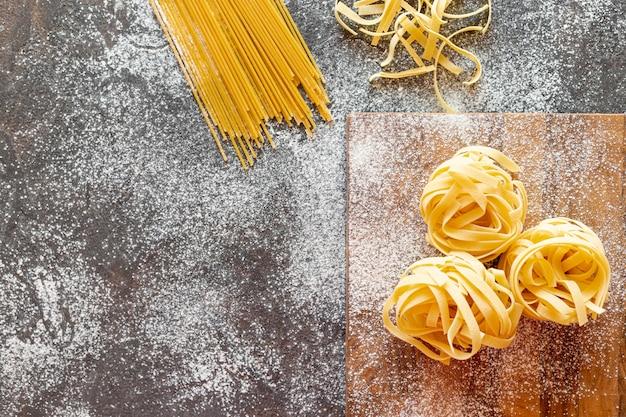 Widok z góry spaghetti na prostym tle Darmowe Zdjęcia