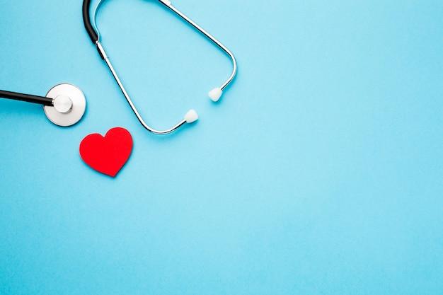 Widok Z Góry Stetoskop I Serce Z Miejsca Kopiowania Darmowe Zdjęcia