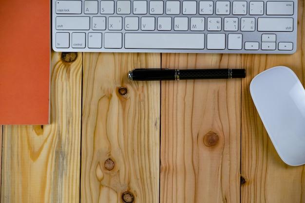 Widok Z Góry Stołu Roboczego Z Keybordem, Myszą, Notatnikiem Premium Zdjęcia