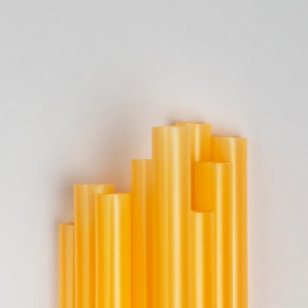 Widok z góry stos plastikowych żółtych słomek Darmowe Zdjęcia