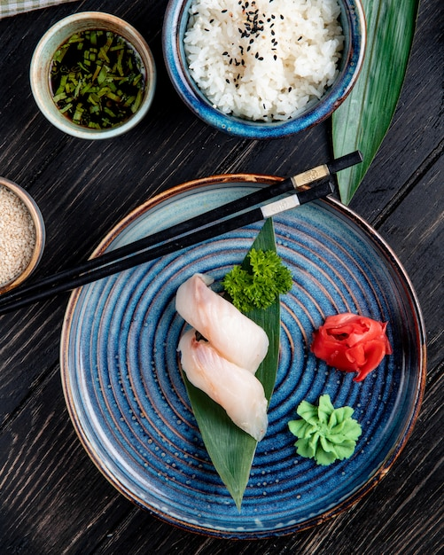 Widok Z Góry Sushi Nigiri Na Liściu Bambusa Podawane Z Imbirem I Wasabi Na Talerzu Darmowe Zdjęcia