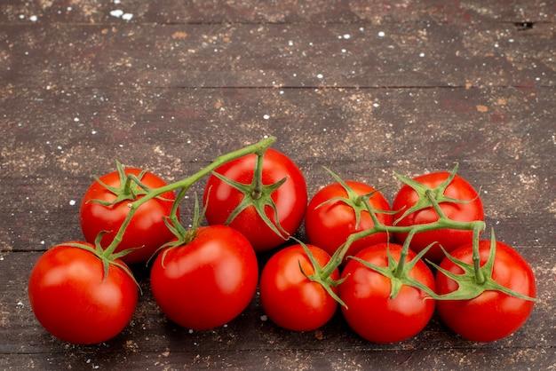 Widok Z Góry świeże Czerwone Pomidory Dojrzałe I Całe Na Drewnianym Brązu Darmowe Zdjęcia