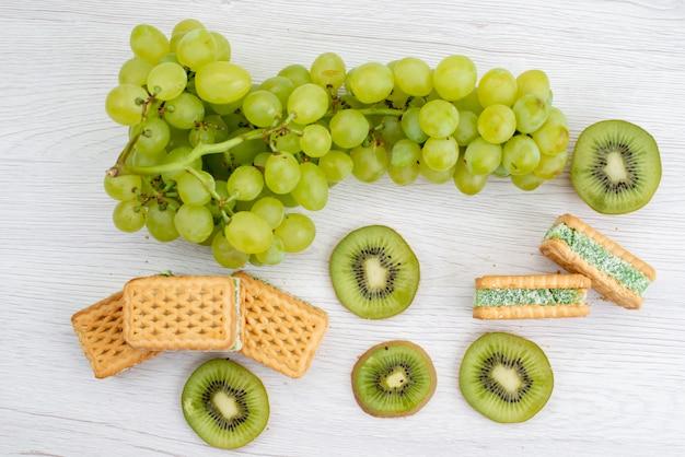 Widok Z Góry świeże Zielone Winogrona Kwaśne Soczyste I łagodne Z Ciasteczkami I Owocami Kiwi Dojrzałe Zielone Rośliny Darmowe Zdjęcia