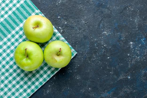 Widok Z Góry świeżych Zielonych Jabłek łagodny I Soczysty Kwaśny Na Niebiesko-ciemnej, Zdrowej Witaminie Jagodowej Darmowe Zdjęcia