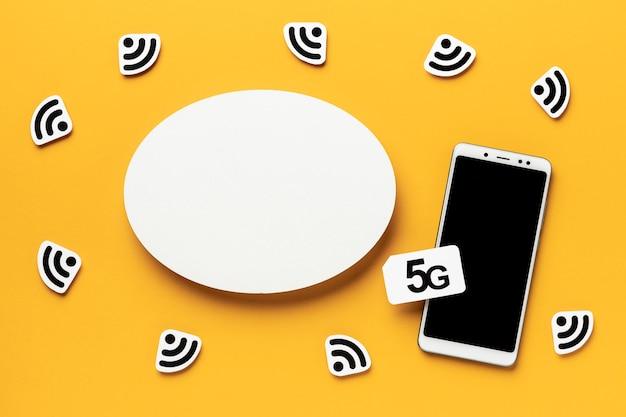 Widok Z Góry Symboli Wi-fi Ze Smartfonem I Kartą Sim Darmowe Zdjęcia