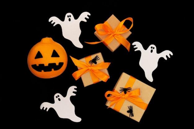 Widok Z Góry Tło Halloween. Przedstaw Pudełka, Pająki, Papierowe Duchy I Pomarańczową Głowę Premium Zdjęcia