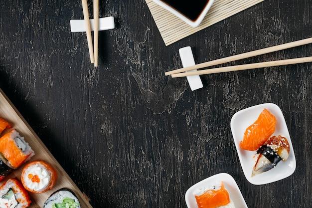 Widok Z Góry Tradycyjne Japońskie Sushi Z Miejsca Na Kopię Darmowe Zdjęcia