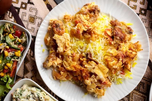 Widok Z Góry Tradycyjnej Potrawy Z Kurczaka Smażonego Pilawu Azerskiego Z Omletem I Ryżem Darmowe Zdjęcia