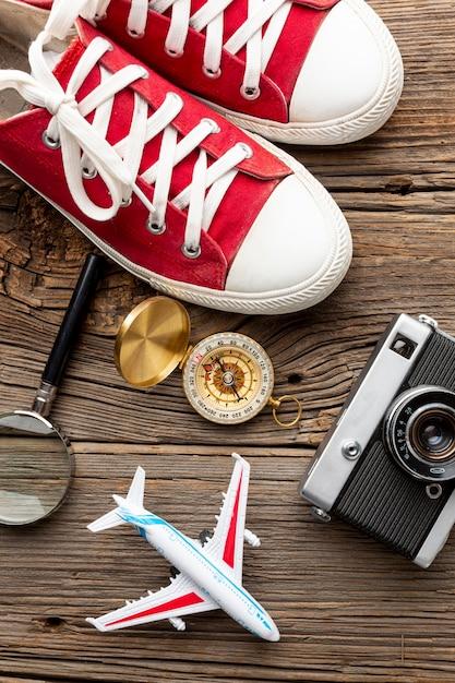 Widok z góry trampki z aparatem i kompasem Darmowe Zdjęcia