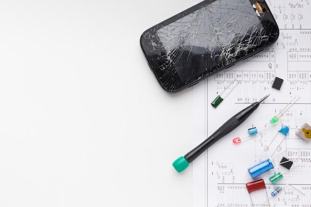 Widok Z Góry Uszkodzony Telefon Z Elementami Elektronicznymi Darmowe Zdjęcia