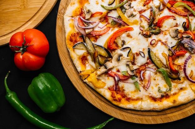 Widok Z Góry Wegetariańska Pizza Z Bakłażanem, Papryką, Czerwoną Cebulą, Pomidorem I Grzybami Darmowe Zdjęcia