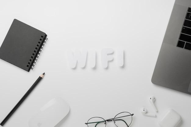 Widok z góry wifi pisane na biurku Darmowe Zdjęcia